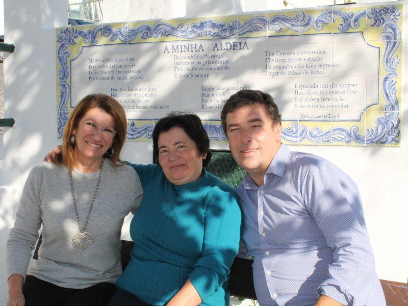A Junta de Freguesia de Fanhões colocou um painel de azulejo de pintura manual com um poema de Maria de Lurdes Duarte uma poetisa popular que enriquece a nossa Freguesia. As pessoas são o mais importante!