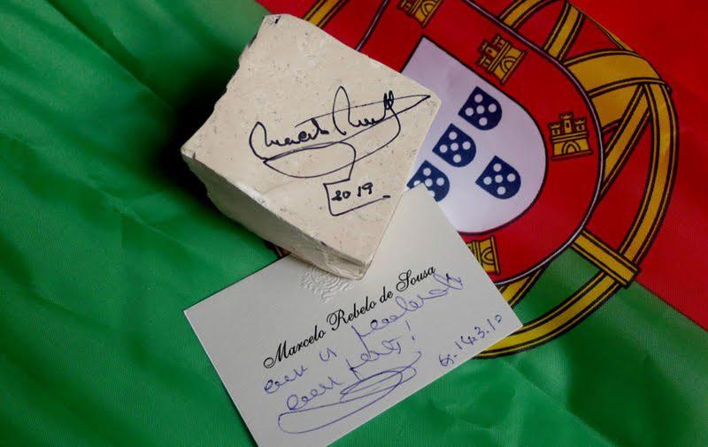 FANHÕES-CAPITAL DO CALCETEIRO – A coleção Scriptum in Petris conta já com a participação do mais alto chefe da nação portuguesa, uma pedra da calçada assinada pelo Presidente da República Portuguesa Prof. Doutor Marcelo Rebelo de Sousa!