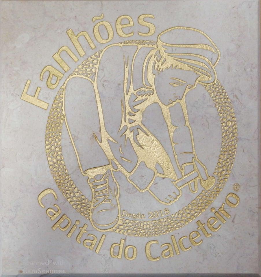FANHÕES -(f) EDIFÍCIO DA JUNTA DE FREGUESIA DE FANHÕES – JÁ OSTENTA ORGULHOSAMENTE EM PEDRA O SIMBOLO DE FANHÕES CAPITAL DO CALCETEIRO.