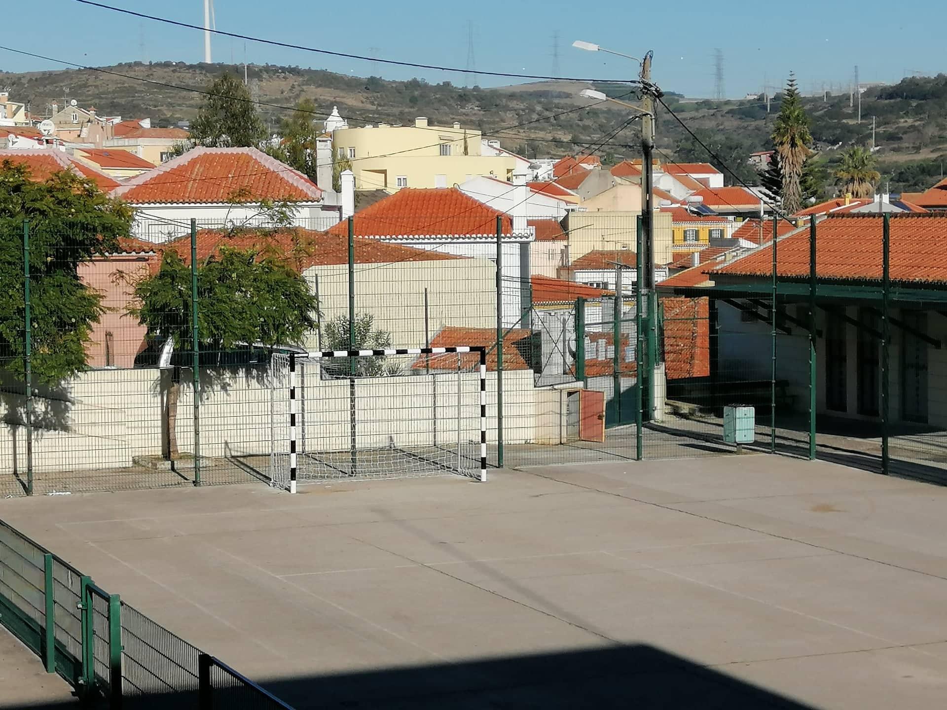FANHÕES -(f) Escola de Fanhões – Colocadas novas balizas que melhoram a segurança no ringue de jogos!
