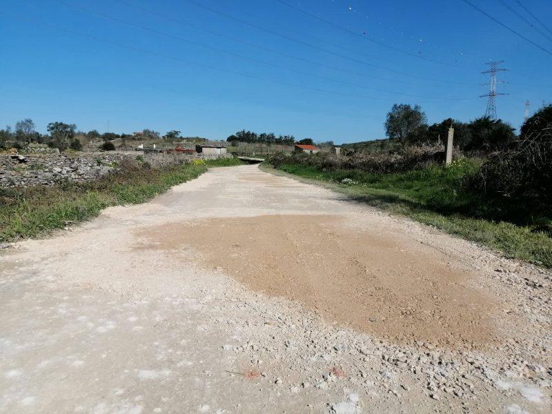 """Casainhos – Estrada dos Barros – """"Tapa- Buracos"""" e compactação da via para melhor acessos de quem aqui circula!"""
