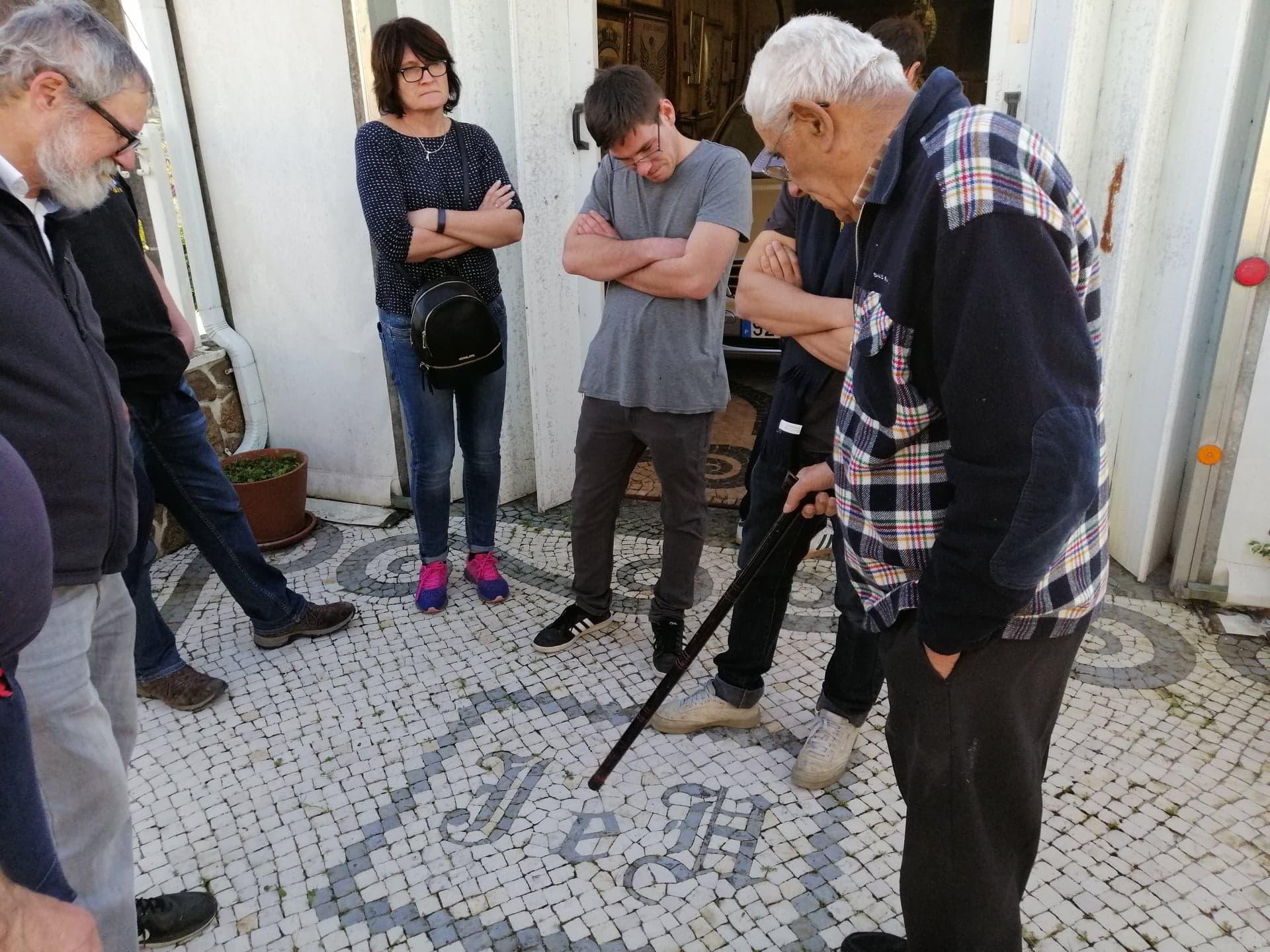 Capital do Calceteiro – A Galeria das Calçadas do Mestre José da Clara – recebeu hoje a última visita do Grupo da empresa alemã Knittel – Gartengestalter  que se impressionou com os trabalhos do Mestre!