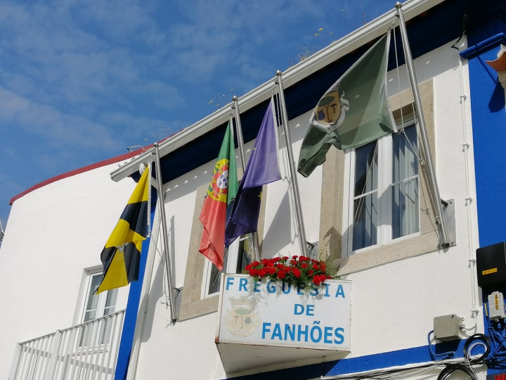 Com 25 Cravos na fachada assinalamos o 25 de abril e saudamos toda a população, são 46º anos de democracia e liberdade que este ano comemoramos de maneira diferente mas igualmente livres. Viva a Liberdade !