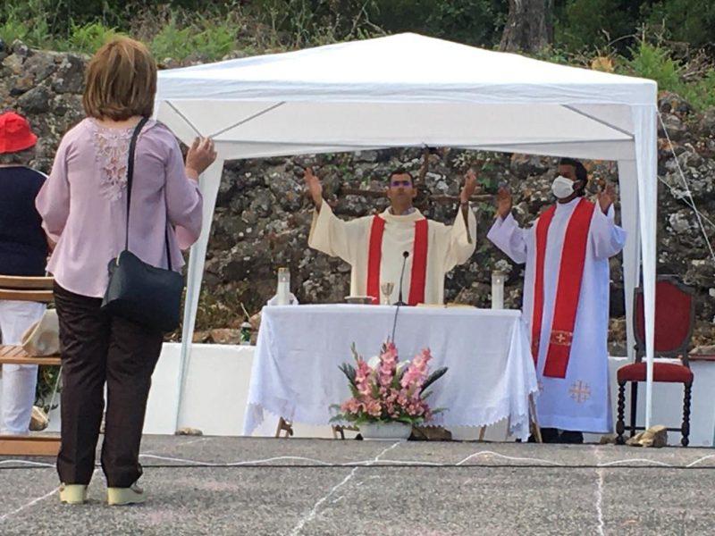 Comunidade Católica realiza Missa Campal na Cruzinha respeitando as devidas regras de segurança!