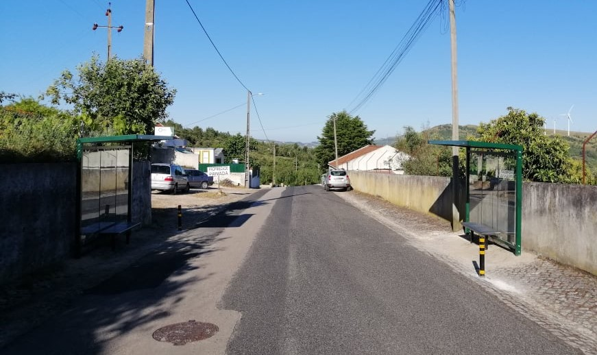 RIBAS DE CIMA -(rc) Colocadas 2 novas Paragens na Rua António Santos Saúde e Vida, num local onde não existia abrigo para quem aguardava pelo transporte!