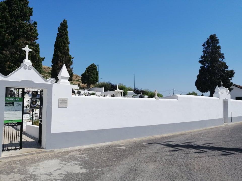 FANHÕES -(f) Cemitério Paroquial de Fanhões – Dignificação geral de todo o cemitério velho e novo, pintural geral, humanização do espaço, limpeza e pintura de todas as campas, jazigos e passeios!