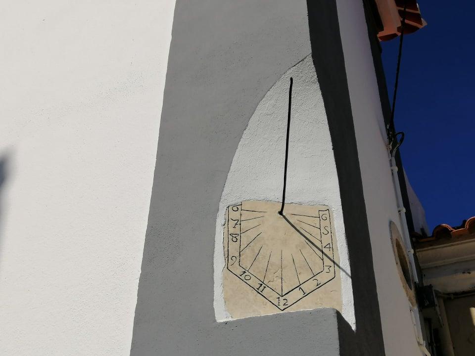 FANHÕES -(f) – Igreja Matriz de Fanhões – Relógio de Sol de 1575 recuperado e já nos dá as horas pelo Sol!