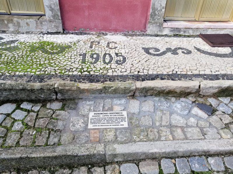 Fanhões -(f) Fanhões Capital do Calceteiro – Identificação da Calçada que é provavelmente a mais antiga do Concelho, datada de 1905 e da autoria de Paulo Coelho com a colocação de uma placa em pedra Lioz!