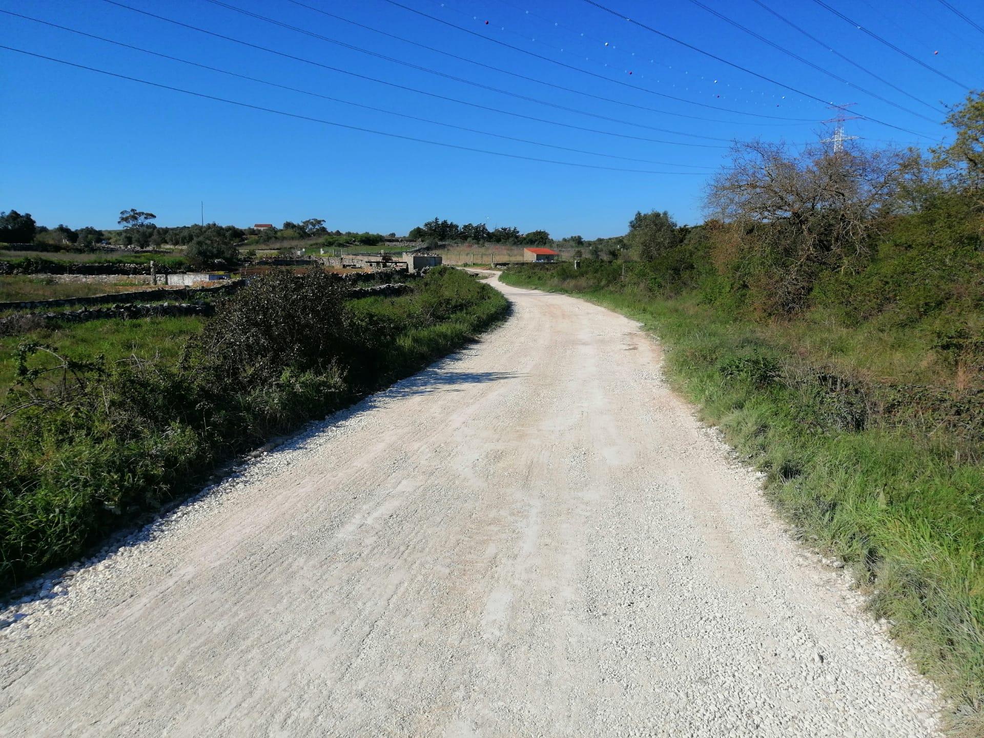 Casaínhos -(c) Estrada dos Barros – Recondicionamento da Estrada com nivelamento e compactação em tout-venant, consolidação de acessos às hortas e ajuste das linhas de água!