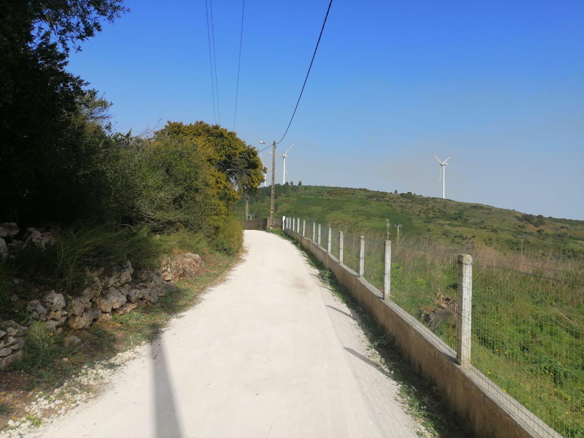 Fanhões -(f) Rua da Pedreira – Touracas – Recondicionamento da Estrada com nivelamento e compactação em tout-venant, ajuste das linhas de água!