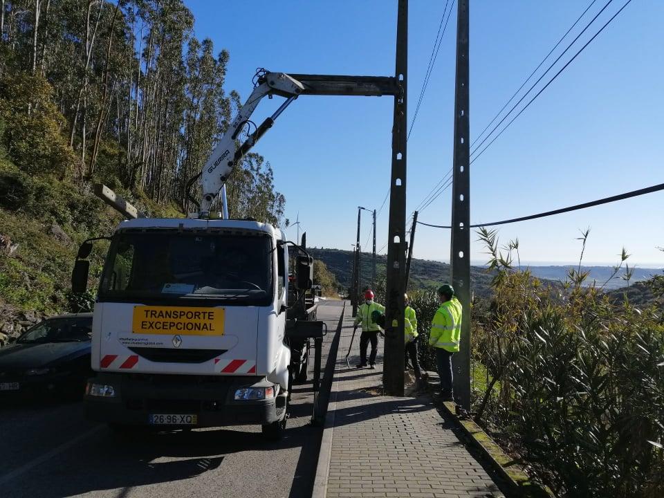 CASAINHOS -(c) Retirados postes de Iluminação pública do passeio da Rua Luís de Camões. Uma obra importante para a segurança e mobilidade da população!