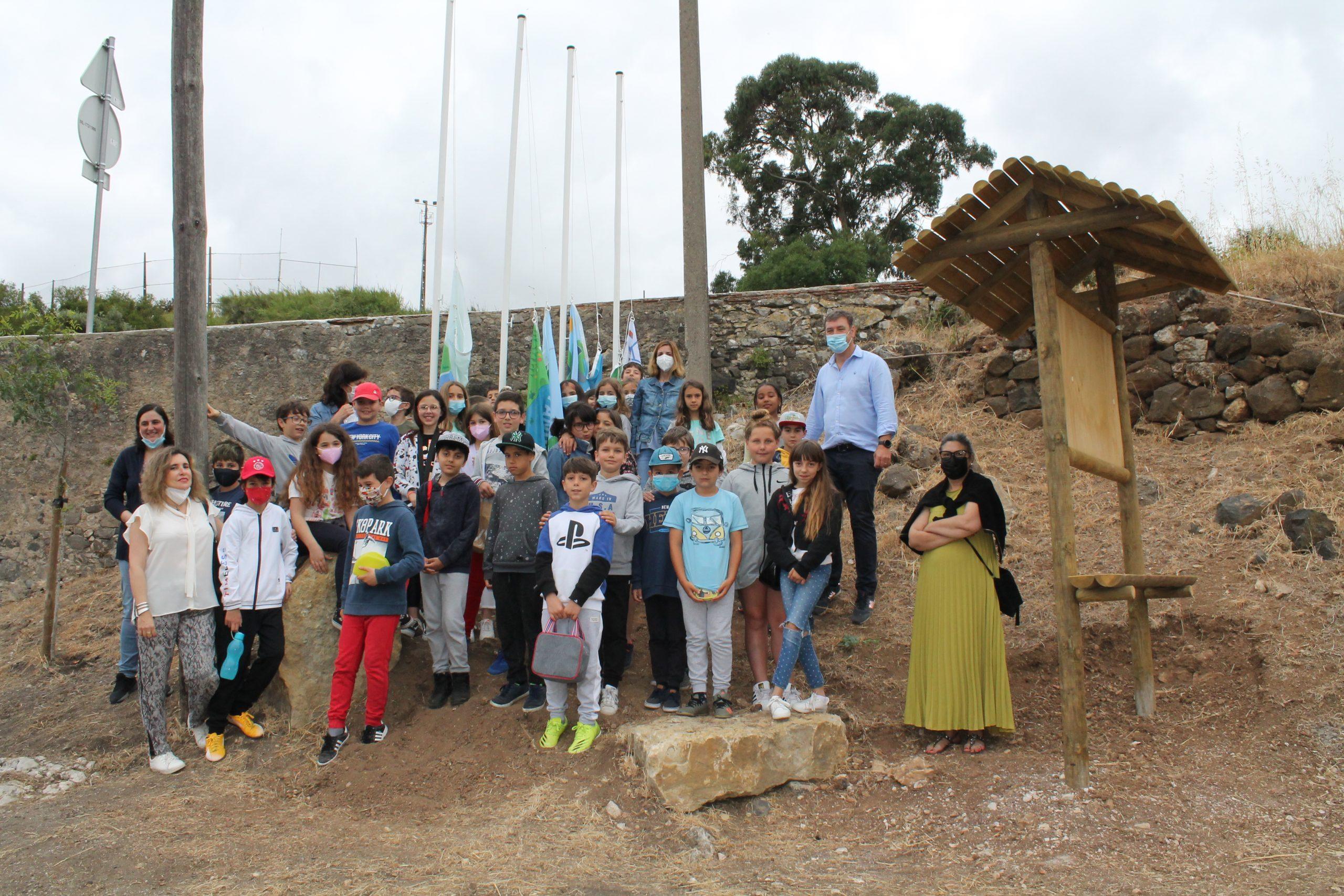 DIA MUNDIAL DA CRIANÇA – No Caminho das Lavadeiras, o Núcleo Escolar de Fanhões – Escola de Fanhões, Casaínhos e Associação de País Hasteou as Bandeiras de Compromisso Ambiental!