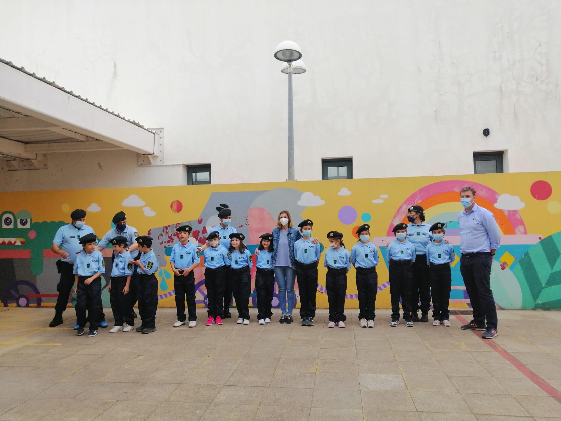 DIA MUNDIAL DA CRIANÇA – A GNR esteve na Escola Básica EB1/JI de Fanhões com o Grupo de Intervenção Cinotécnica com Cães, um grupo de Crianças vestiu a farda de Guarda e foi certamente uma manhã inesquecível!