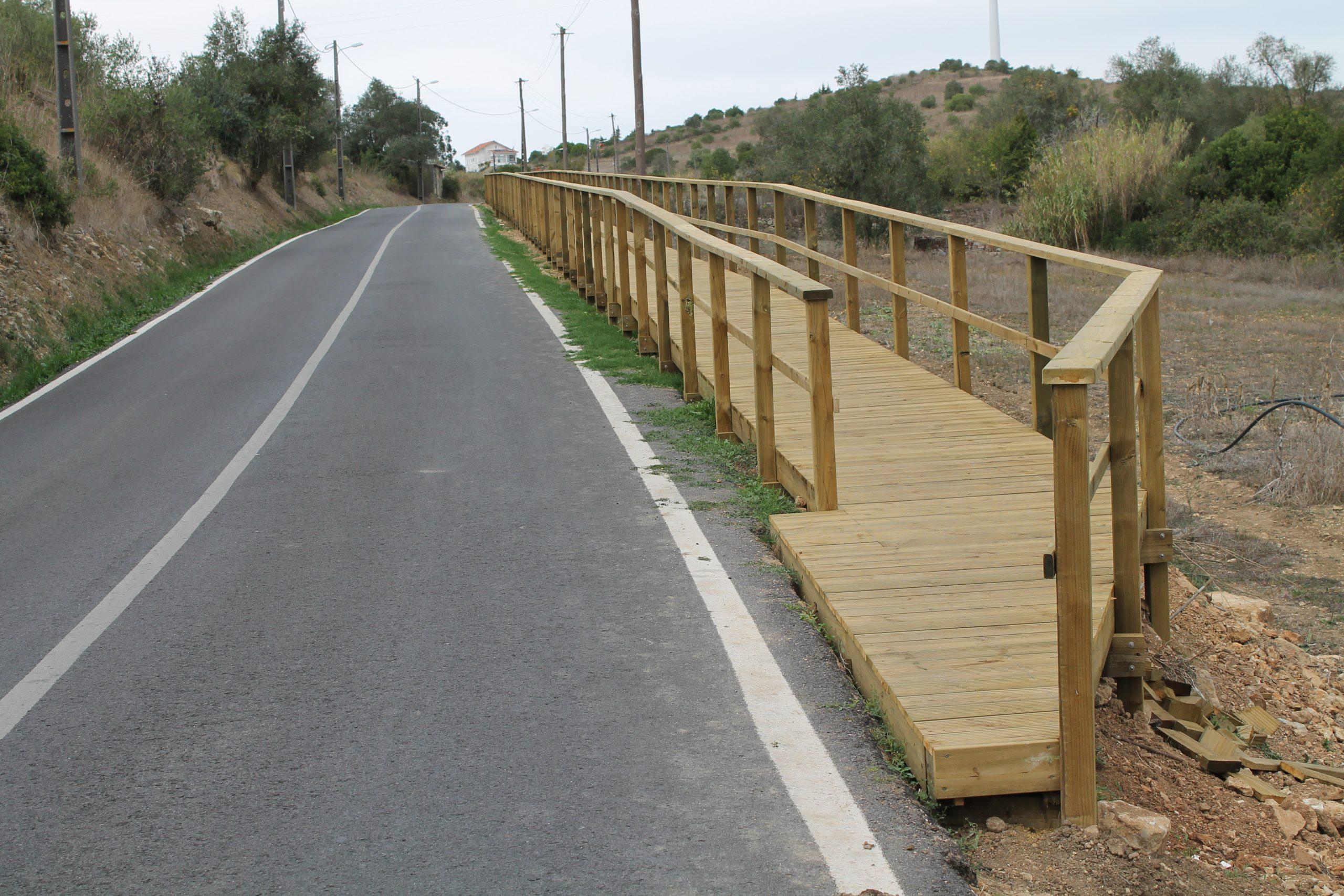 Fanhões (f) – Passadiço Av. Catarina Eufémia – Concluído em madeira um troço inicial de 120 metros, seguindo-se as próximas fases com materiais inertes!